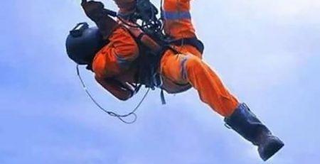 Электромонтаж на высоте — один из видов труда промышленного альпиниста
